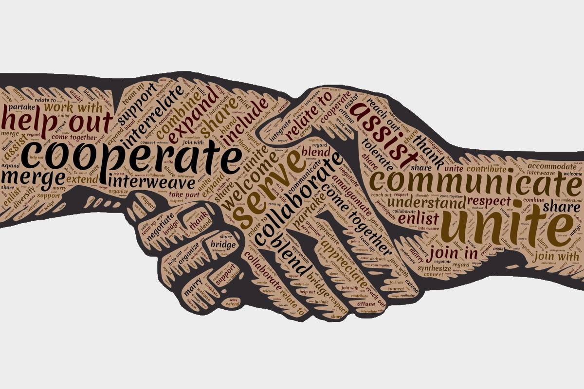 Mitarbeiter und Führungskräfte schütteln sich die Hände